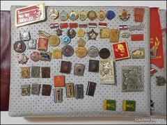 Szocialista jelvény gyűjtemény kb. 370 darab albumban