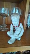 Cipőt kötő fiú Aquincum Budapest porcelán