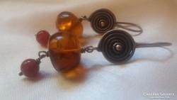 Modern ezüst fülbevaló:karneol és borostyán golyókkal