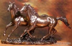 Két ló szobor