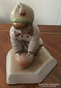 Zsolnay figura : Labdázó kisfiú (Sinkó András design)