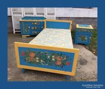 Népies,kézzel festett ágy,garnitúra része