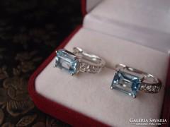 Modern, szögletes ezüst fülbevaló kék és fehér topázokkal