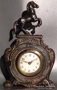 Antik lovas mechanikus asztali óra