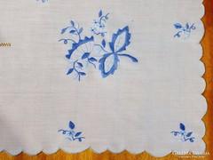 Kék hímzéssel és slingeléssel díszített szalon asztal terítő