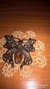 Ezüst pillangó alakú bross, kitűző borostyán kővel