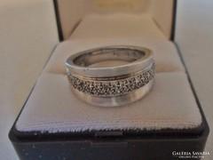 Gyönyörű designer ezüstgyűrű apró egyenként foglalt církonok