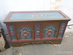 Festett tiroli stil kis szekrény