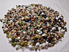 2750g. vegyes gyöngy: türkiz, jáde, üveg, fa, hegyi kristály