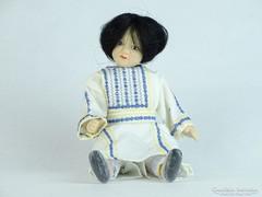0K302 Palesztín népviseletes porcelánfejű baba