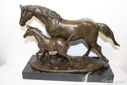Ló csikójával. Nagy, jelzett bronz szobor márvány talpon!