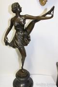 Táncoslány. Nagy, jelzett bronz szobor márvány talpon!