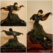 Táncoló női szobor