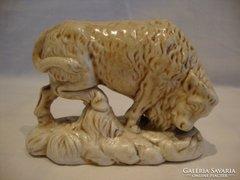 Régi porcelán bika szobor