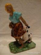 Kecskét szarvánál húzó lány kerámia szobor