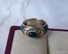 Csodás, jade kővel kombinált ezüst gyűrű arannyal