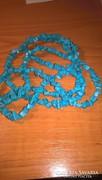 Hosszú, színezett howlit nyaklánc - türkiz színű