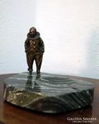 Márvány hamutál bronz bohócfigurával
