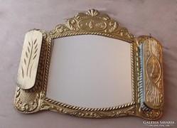 Díszes kivitelű fali tükör és ruhatisztító kefe