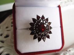 Arisztokratikus mélybordó gránát köves ezüst gyűrű