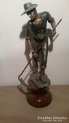 Mutatós fém szobor