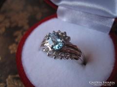 Ezüst gyűrű természetes kék és fehér topázokkal 1,7 cm