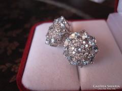 Elegáns ezüst fülbevaló sok kék és fehér topáz kővel