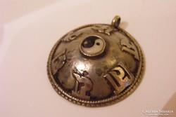 Tibeti ezüst Jin jang  szerencse medál. 3,5 cm.
