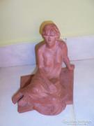 Zsin Judit terrakotta ülő női szobor