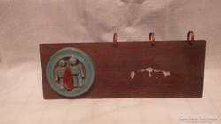Iparművész kerámia plakettel asztali naptártartó