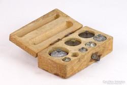 0K592 Régi súlykészlet fa dobozában