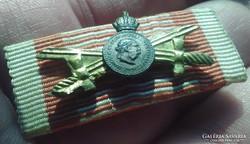 Mini kitüntetés szalagsáv Kardos Signum hadiszalagon