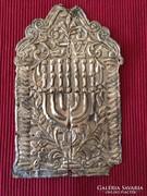 Menórát ábrázoló gyönyörű antik domborított ezüstlemez