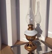 Antik petróleumlámpa öntöttvas és fehér üveg tartály