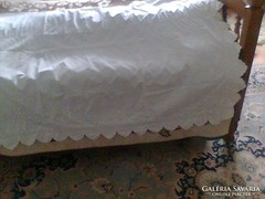 Fehér hímzett díszlepedő, paraszt ágyra