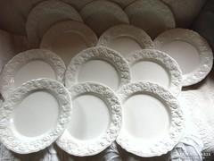 Csodálatos domború rózsás szélű fehér tányérok