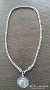 Vastag ezüst nyaklánc egyedi, bullterriert ábrázoló medállal