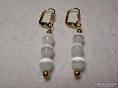 Aranyozott fülbevaló fehér gyöngyökkel