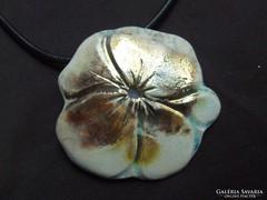 Raku kerámia ékszer, virág formájú medál, bőr függesztékkel