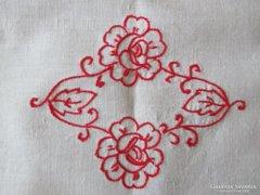 Régi piros rózsás,horgolt szélű terítő