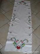 Hímzett futó  asztalterítő 133 x 43 cm