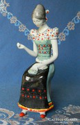 Hollóházi porcelán szobor, hímző menyecske