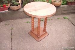 Esztergált lábú kerek szalon asztal