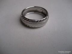 Gyémántvésett fehér arany karikagyűrű
