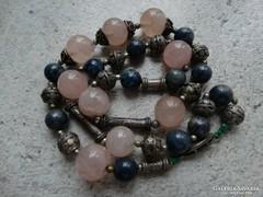 Rózsakvarc és lapis lazuli kövekből készített nyaklánc