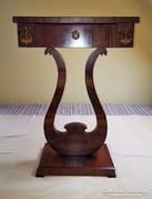 Biedermeier stílusú lant lábú fiókos asztalka