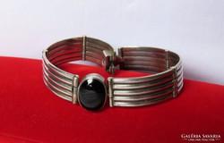 Elegáns ezüst karkötő  onix kővel