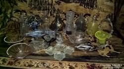 Rengeteg üveg tárgy egyben.