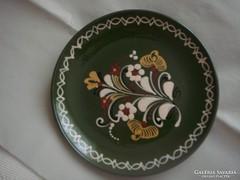 Népművészeti kerámia fali tányér, zöld, jelzett