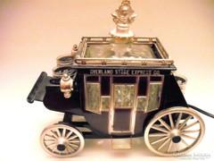 Régi lámpa és italtartó postakocsi